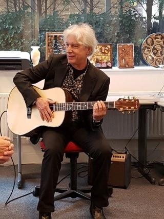 Heemsteedse gitaar wordt gepresenteerd aan Boudewijn de Groot