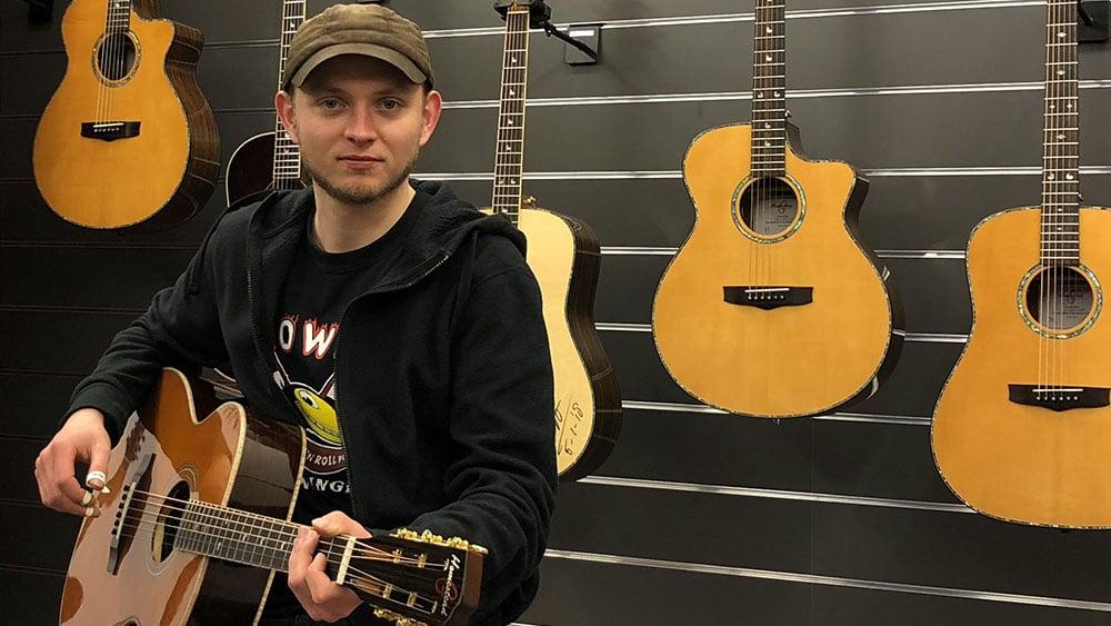Joost Dijkema zoekt zijn signature Homestead gitaar uit