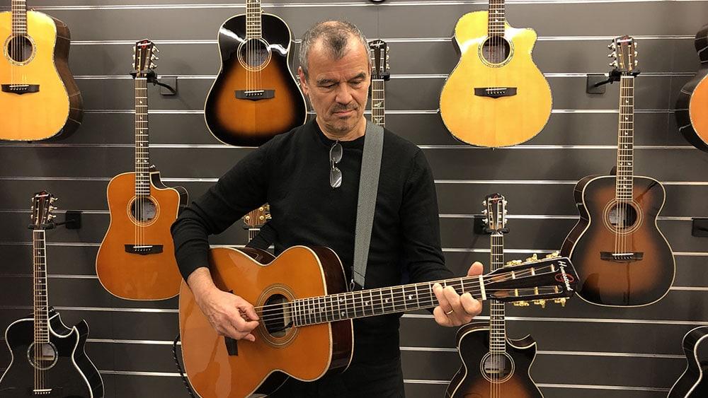 Ernst Jansz zoekt een gitaar uit bij Homestead