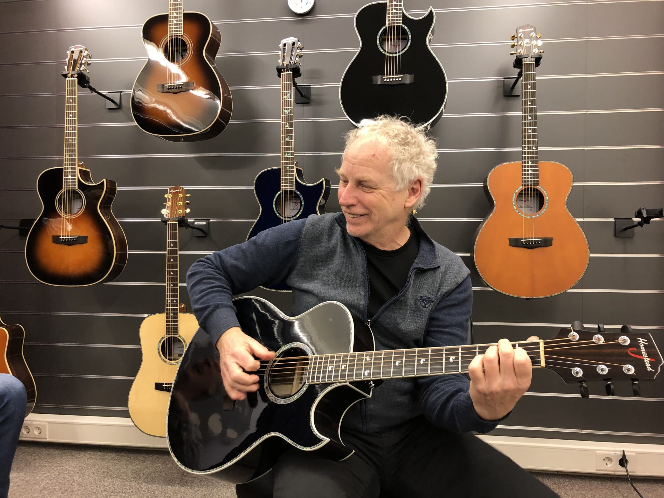 Ян Хендрикс теперь тоже играет на гитаре Homestead, 11 февраля 2019 г.